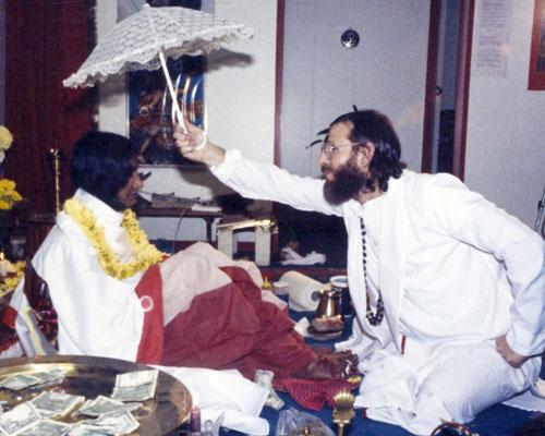Swamiji offering divine worship to Shree Maa