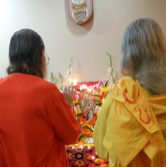 maa-and-swamiji-pradeeptas-altar