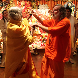 Shree-Maa-and-Swamiji-Dancing