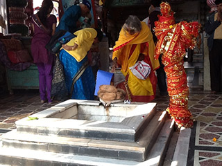Shree-Maa-offering-at-Daksha-Prajapate-Temple