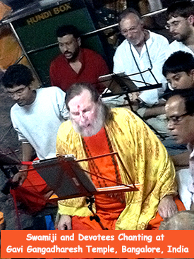 Swamiji-Chanting-in-Bangalore-275x367