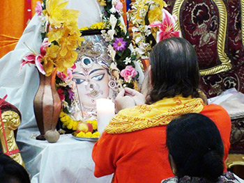 Swamiji-Doing-Puja-in-Kolkata-350x263