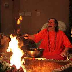 Swamiji-Interacting-with-the-fire