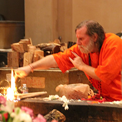 Swamiji-Invoking-Fire