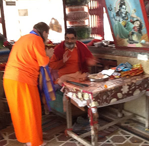 Swamiji-with-Priest-at-Daksha-Prajapati-Temple