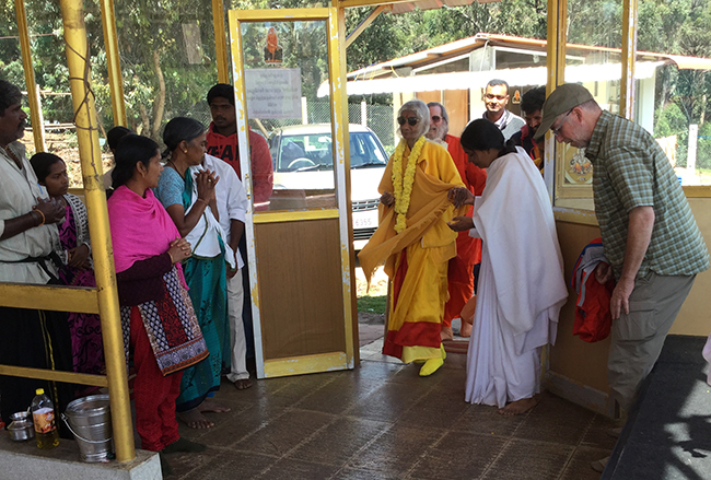 maa-and-swamiji-enter-nilgiri-temple