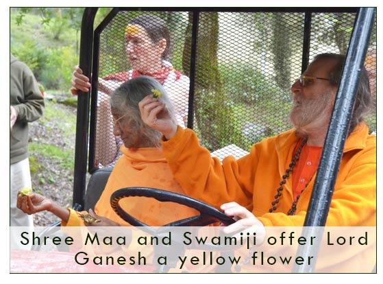 maa-and-swamiji-ganesh
