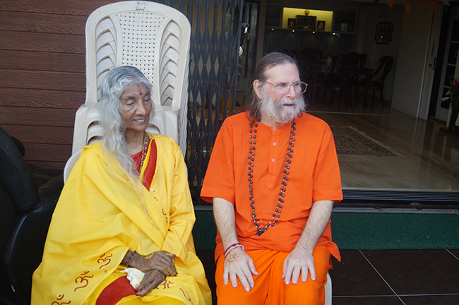 maa-and-swamiji-in-shahapur
