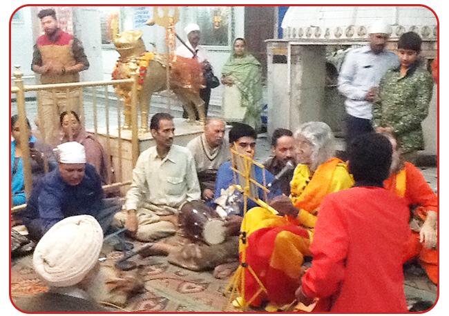 maa-singing-shitala-amritsar