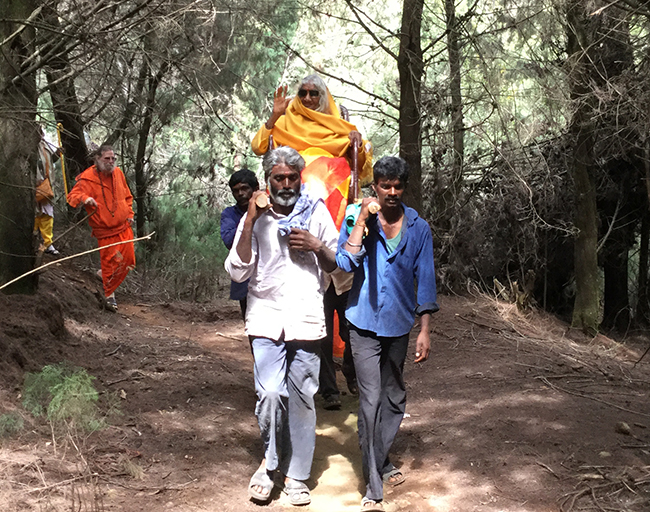 shree-maa-on-palki-with-swamiji-in-back