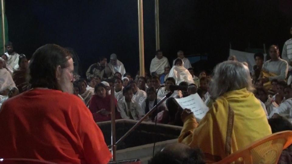 shree-maa-singing-large-group