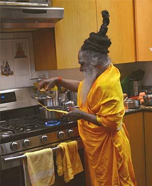 swami-ramkripaluji-cooking-300