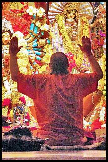 swamiji-at-altar