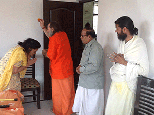 swamiji-blesses-house