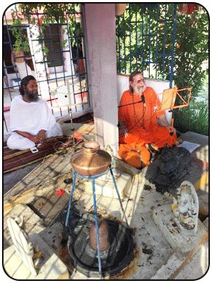 swamiji-chanting-shiva-mandir-uttarkashi