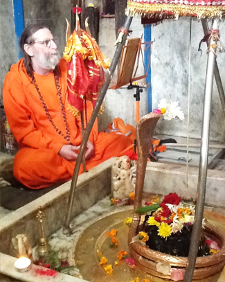 swamiji-chants-at-lakeshwar