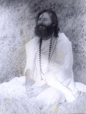 swamiji-mediating-in-black-and-white