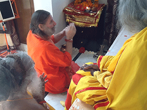 swamiji-performs-puja