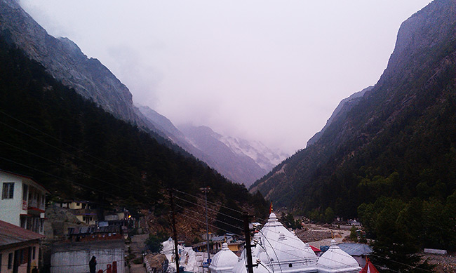 top_of_gangotri_mandir_and_mountains